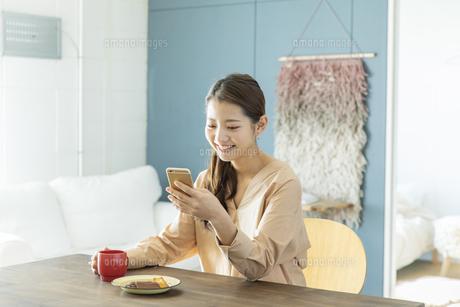 スマートフォンを見る日本人女性の写真素材 [FYI04087490]