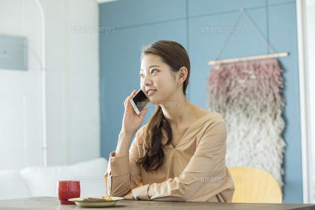 スマートフォンで通話する日本人女性の写真素材 [FYI04087491]