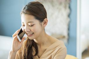 スマートフォンで通話する日本人女性の写真素材 [FYI04087492]