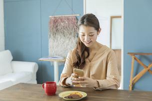 スマートフォンを操作する日本人女性の写真素材 [FYI04087493]