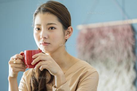 マグカップを持つ日本人女性の写真素材 [FYI04087494]