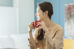 マグカップを持つ日本人女性の写真素材 [FYI04087495]