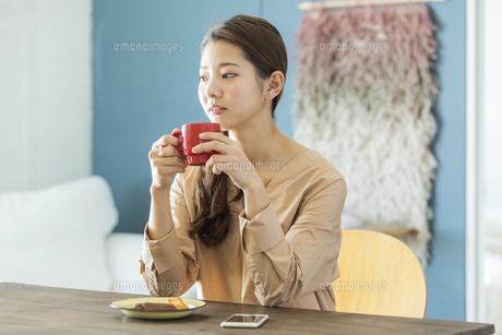 マグカップを持つ日本人女性の写真素材 [FYI04087496]