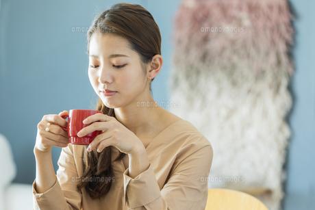 マグカップを持つ日本人女性の写真素材 [FYI04087497]
