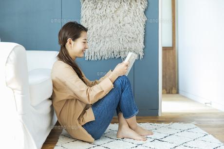 本を読む日本人女性の写真素材 [FYI04087498]