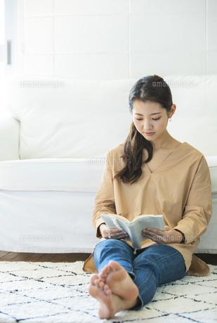 本を読む日本人女性の写真素材 [FYI04087501]