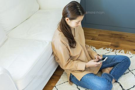 スマートフォンを持つ日本人女性の写真素材 [FYI04087502]