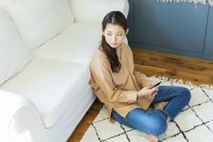スマートフォンを持つ日本人女性の写真素材 [FYI04087503]