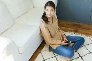 スマートフォンを持つ日本人女性の写真素材 [FYI04087504]