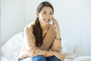 スマートフォンで通話する日本人女性の写真素材 [FYI04087507]