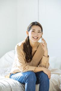 スマートフォンで通話する日本人女性の写真素材 [FYI04087508]