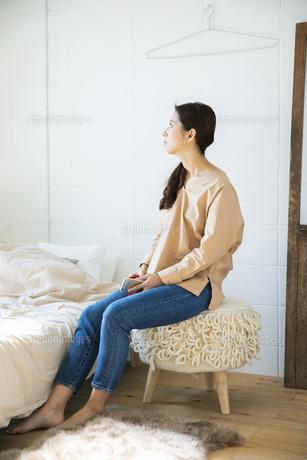 椅子に座る日本人女性の写真素材 [FYI04087509]