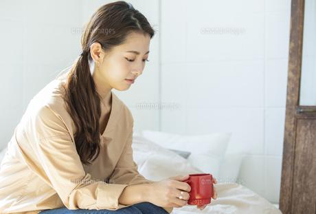 マグカップを持つ日本人女性の写真素材 [FYI04087510]