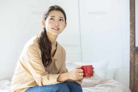 マグカップを持つ日本人女性の写真素材 [FYI04087511]