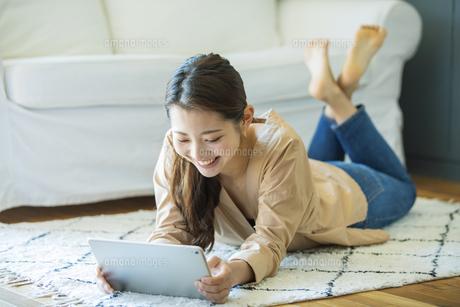 タブレットPCを見る日本人女性の写真素材 [FYI04087515]