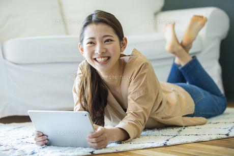 タブレットPCを持つ日本人女性の写真素材 [FYI04087516]
