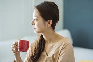 マグカップを持つ日本人女性の写真素材 [FYI04087521]