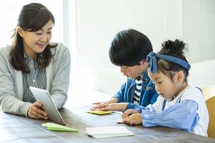 折り紙をする日本人親子3人の写真素材 [FYI04087531]
