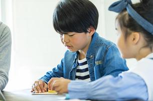 折り紙をする日本人きょうだいの写真素材 [FYI04087533]