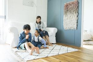 リビングでくつろぐ日本人親子3人の写真素材 [FYI04087535]
