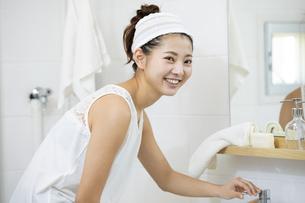 洗顔をする日本人女性の写真素材 [FYI04087541]