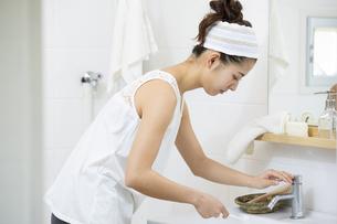洗顔をする日本人女性の写真素材 [FYI04087542]