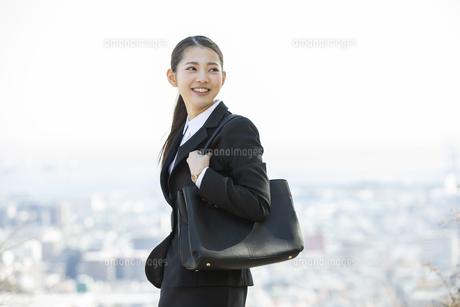 遠くを見る日本人ビジネス女性の写真素材 [FYI04087543]