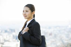 遠くを見る日本人ビジネス女性の写真素材 [FYI04087544]