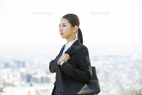 遠くを見る日本人ビジネス女性の写真素材 [FYI04087545]