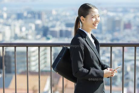 スマートフォンを持つ日本人ビジネス女性の写真素材 [FYI04087547]