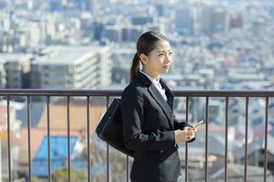 スマートフォンを持つ日本人ビジネス女性の写真素材 [FYI04087548]