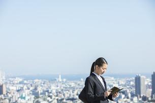 スケジュールを確認する日本人ビジネス女性の写真素材 [FYI04087550]