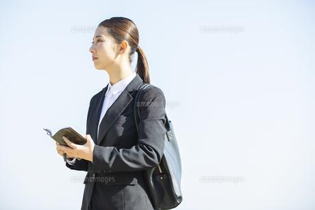 手帳を持つ日本人ビジネス女性の写真素材 [FYI04087552]