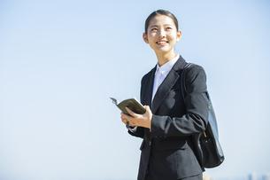 手帳を持つ日本人ビジネス女性の写真素材 [FYI04087553]