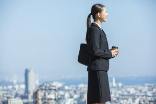 コーヒーカップを持つ日本人ビジネス女性の写真素材 [FYI04087556]