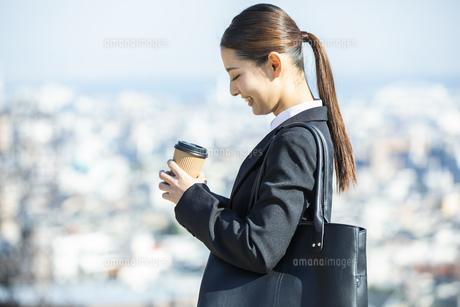 コーヒーカップを持つ日本人ビジネス女性の写真素材 [FYI04087557]