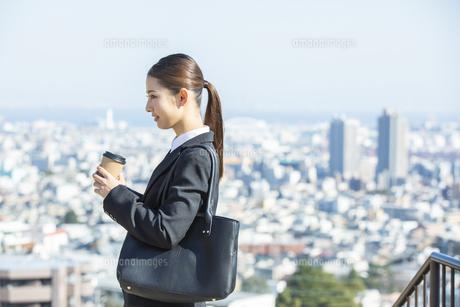 コーヒーカップを持つ日本人ビジネス女性の写真素材 [FYI04087558]