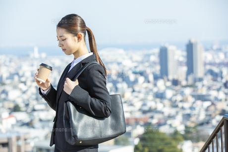 コーヒーカップを持つ日本人ビジネス女性の写真素材 [FYI04087559]
