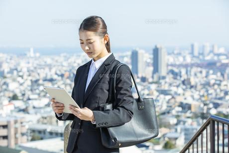 タブレットPCを見る日本人ビジネス女性の写真素材 [FYI04087560]