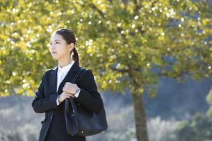 遠くを見る日本人ビジネス女性の写真素材 [FYI04087561]