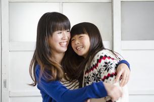 娘を抱っこしているお母さんの写真素材 [FYI04087579]
