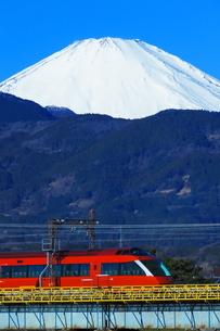 酒匂川を渡る小田急ロマンスカーGSEと富士山の写真素材 [FYI04087648]