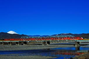 酒匂川を渡る小田急ロマンスカーGSEと富士山(コピースペース有り)の写真素材 [FYI04087649]