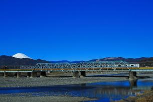 酒匂川を渡る小田急3000形と富士山(コピースペース有り)の写真素材 [FYI04087650]