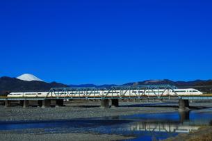 酒匂川を渡る小田急ロマンスカーVSEと富士山(コピースペース有り)の写真素材 [FYI04087651]