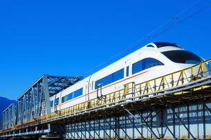 酒匂川を渡る小田急ロマンスカーVSE(コピースペース有り)の写真素材 [FYI04087654]