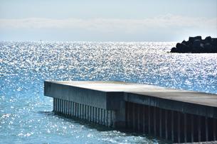 堤防と真青な海の写真素材 [FYI04087763]