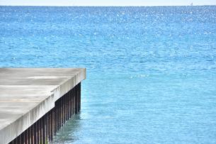 堤防と真青な海の写真素材 [FYI04087764]