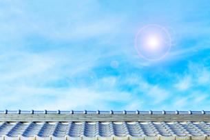 屋根と空と太陽光の写真素材 [FYI04087840]