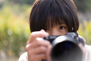 カメラと女の子の写真素材 [FYI04087995]